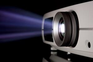 Videoprojecteur pour home cinema ou pour une reunion d'affaire en présentation sur fond noir avec sa lampe bleu